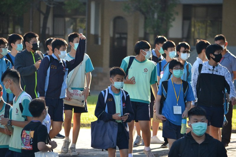 國中會考今天最後一堂考寫作測驗,學生考完後回家,準備明天的自然與英文。記者鄭惠仁/攝影
