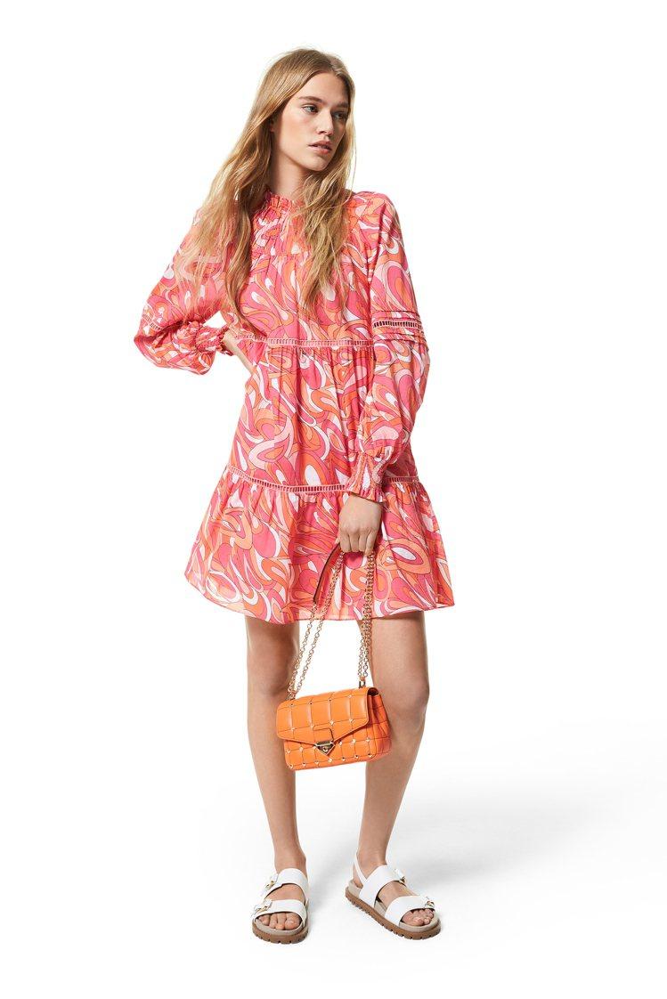 MICHAEL KORS印花連身洋裝9,700元、 Soho橘色鉚釘飾鍊帶包21...