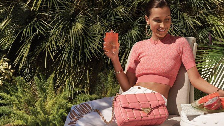 貝拉哈蒂德演繹春夏新款Soho玫瑰茶粉色鍊帶包,20,200元。圖/MICHAE...