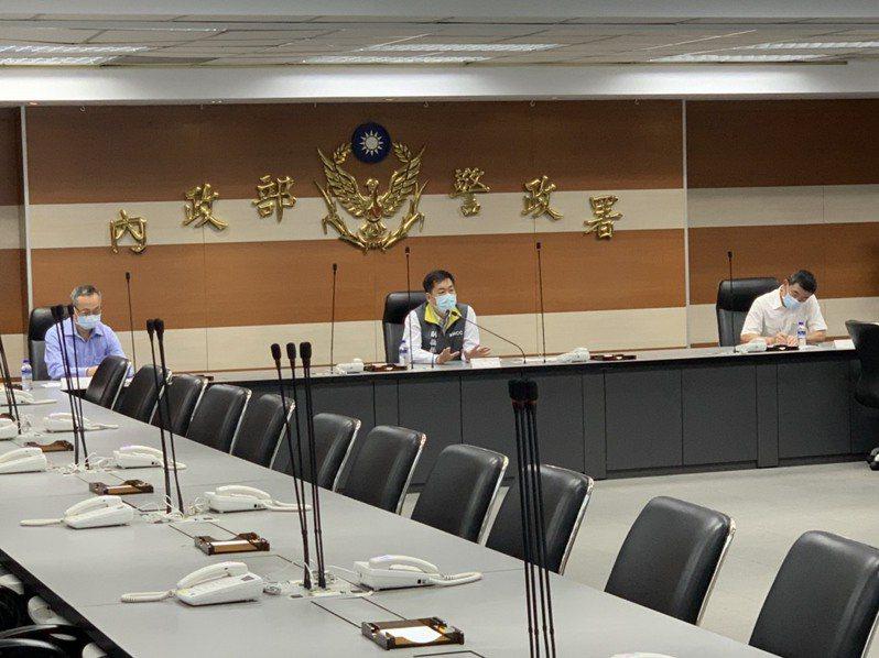 內政部次長陳宗彥,今天傍晚前往警政署主持全國警察首長視訊會議,指示警方配合防疫工作。記者廖炳棋翻攝