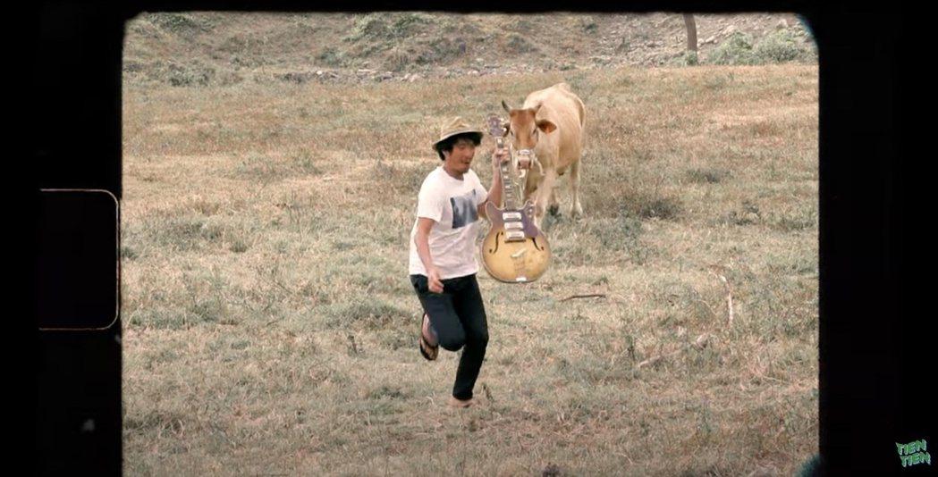 田廣潤對牛彈琴,成功撩到母牛投懷送抱。圖/固力狗提供