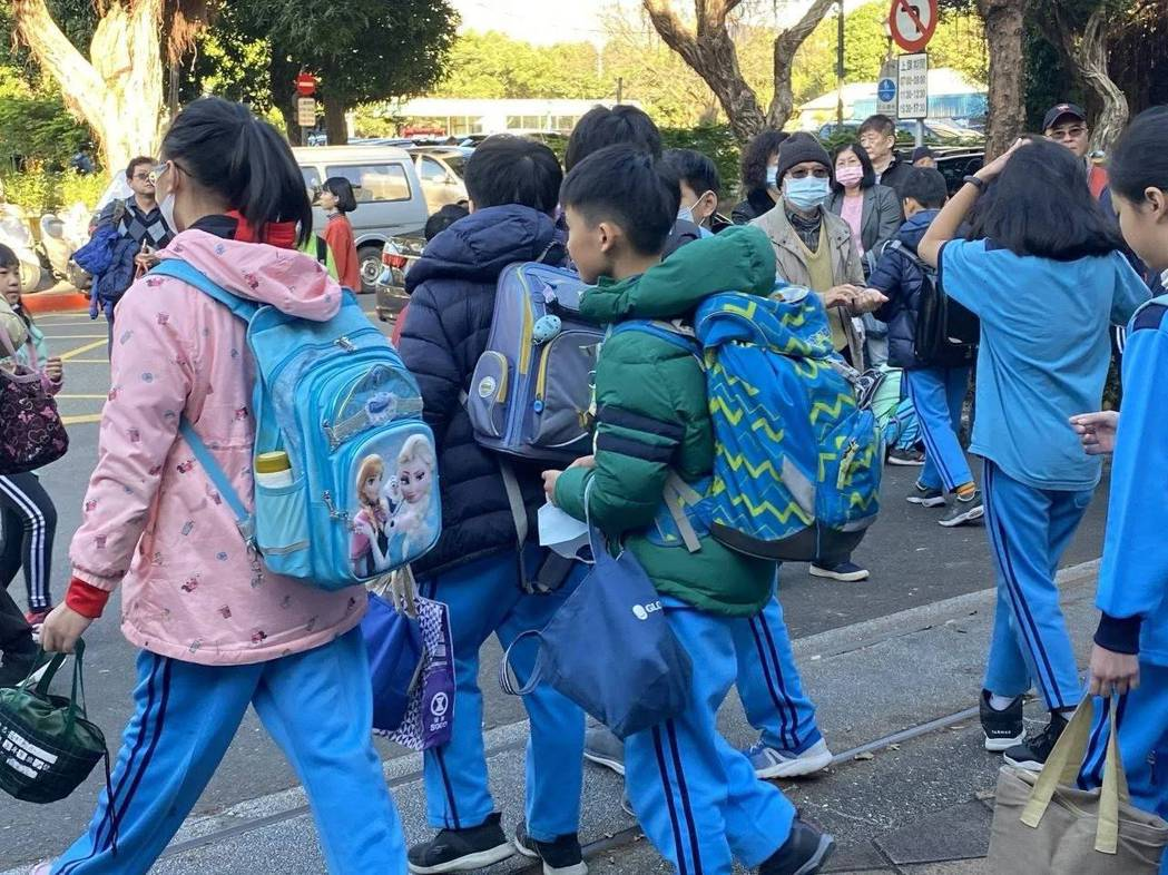 北市校園新增四大防疫措施,師生全時佩戴口罩。圖/報系資料照