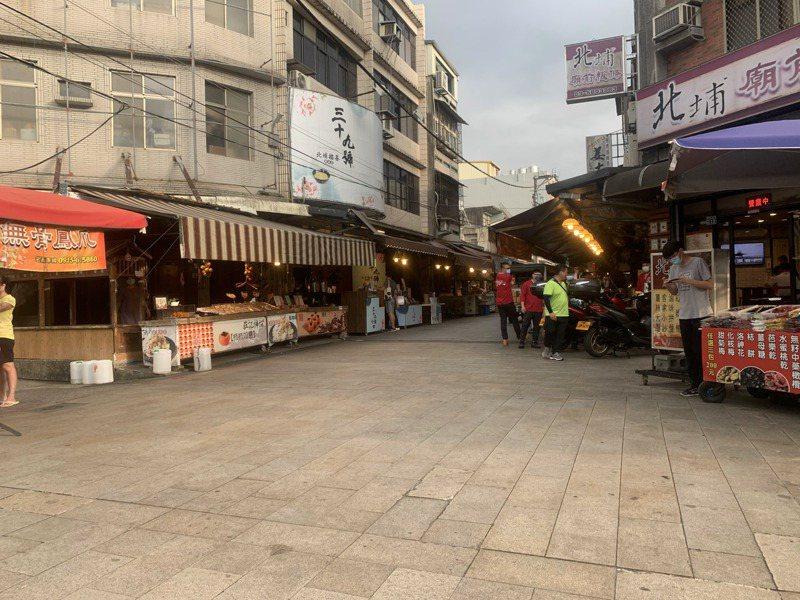 新竹縣北埔老街今天出現幾乎沒有遊客的情況,不少店家聽聞單日新增180例本土病例,乾脆提早收攤打烊。記者巫鴻瑋/攝影