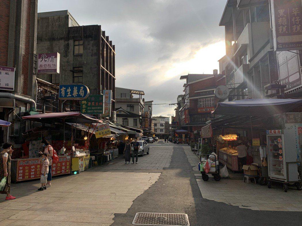 新竹縣北埔老街今天出現幾乎沒有遊客的情況,不少店家聽聞單日新增180例本土病例,...