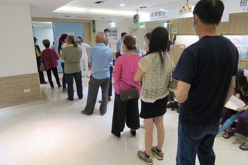 AZ疫自費、公費都打氣大增。圖為衛福部彰化醫院民眾排隊注射疫苗。記者簡慧珍/攝影