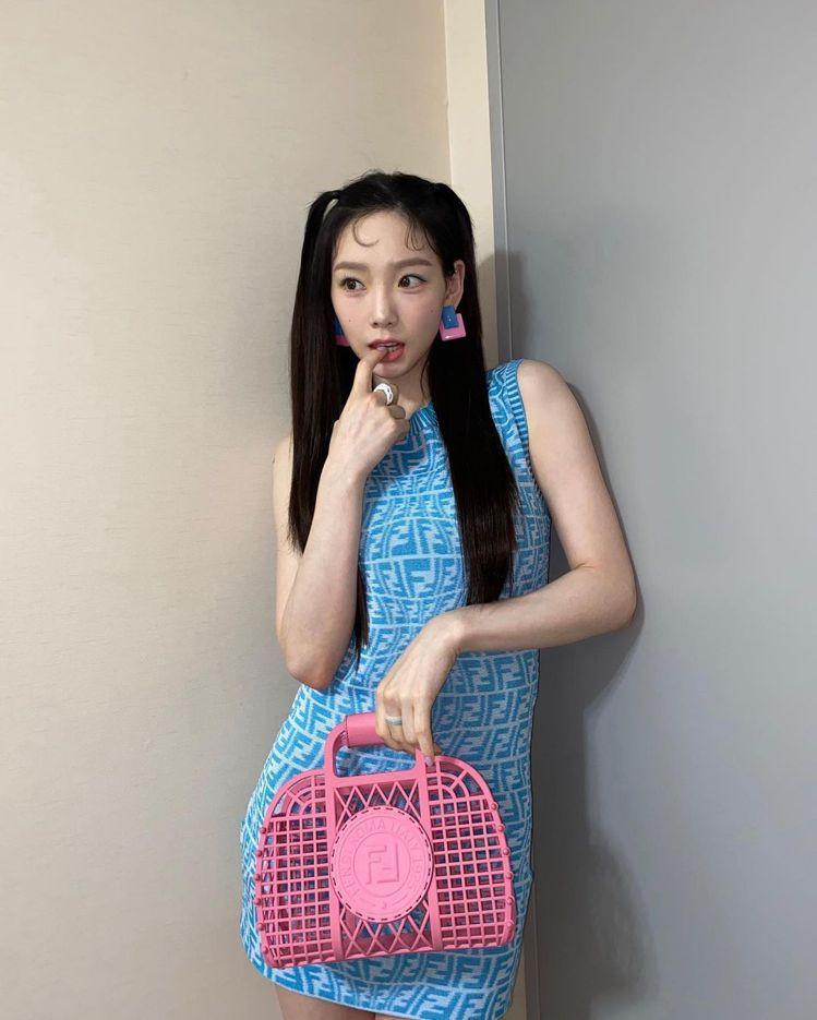 韓國女星太妍手拎FENDI Small Basket造型包款,20,500元。圖...
