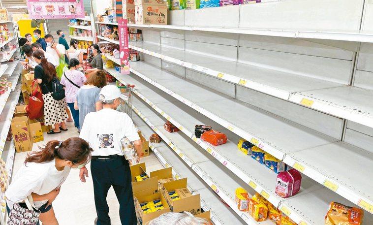 疫情擴大,許多人到超市瘋搶物資,但看在醫師的眼裡,認為這反而使得人群聚集,造成病...