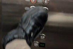 沒品!女大生「用腳按電梯」還發文 網轟爆:哪來的猴子