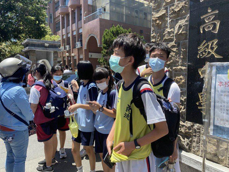 國中會考台南二中考場,考試結束後,不少學生在門口等待家長。記者修瑞瑩/攝影