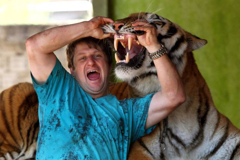 阿里有自己一套理念,他認為必須對動物保持尊重的心和愛意,牠們自然會以友善的方式回饋給你。(Barcroft TV)