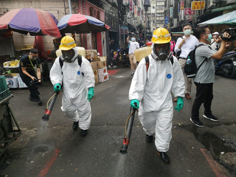 台北市萬華龍山寺周邊進行大消毒。本報資料照片