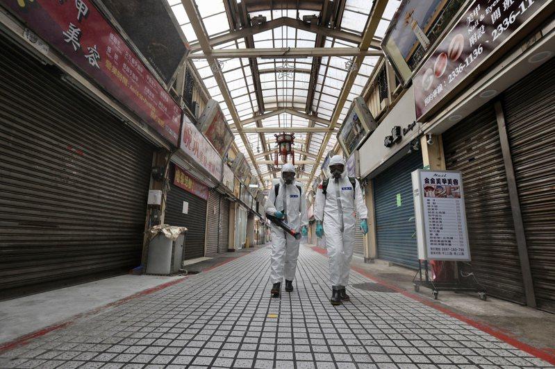 國軍33化學兵群今天派出徒步化學兵,在萬華全區進行第二波全面大消毒。記者許正宏/攝影