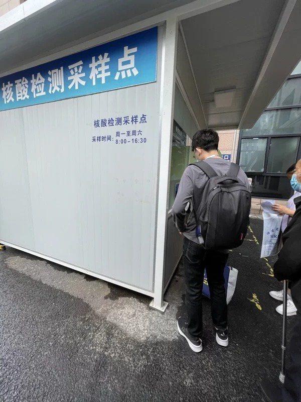 大陸防控新冠疫情除積極鼓勵民眾接種疫苗,也高度重視核酸檢測。圖為上海一家醫院的核酸檢測採樣點,自費檢測一次僅人民幣80元,且數小時後就能取得檢測結果。記者林則宏/攝影