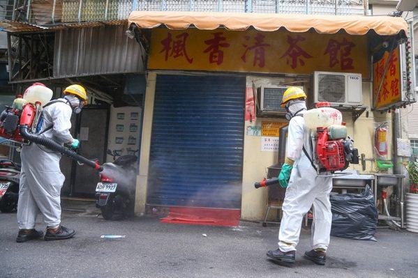 圖為台北市對染疫地點噴藥消毒。 中通社