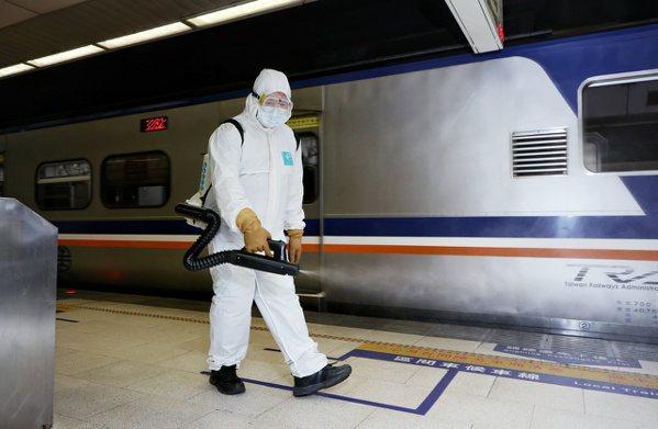 因應雙北防疫升級,且有確診者從板橋車站搭車,消毒人員前往車站內加強消毒。記者曾原...