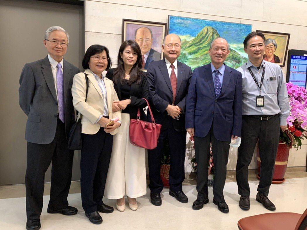 統仁貿易董事長呂阿福(左四)開畫展,眾多好友前往祝賀。 主辦單位/提供