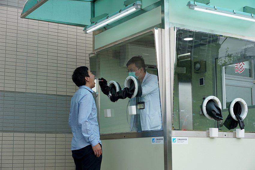 工研院正壓式檢疫亭,由於採檢量高的雙面設計,一小時至少可採12位,在疫情緊張時,...