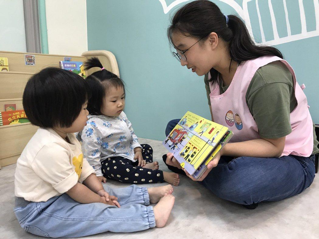 北竿公托的特色,唐氏症基金會透過適齡、適性的課程,依照嬰、幼兒發展進行包括身體動...