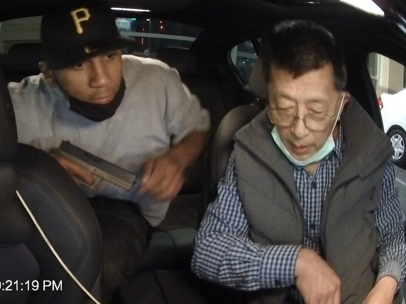 洛杉磯郊區一名台裔司機10日遭歹徒持槍搶劫,叫罵「滾回中國」,這名廖姓司機強調「我來自台灣」保住性命。(圖為家屬提供行車紀錄器影片)中央社