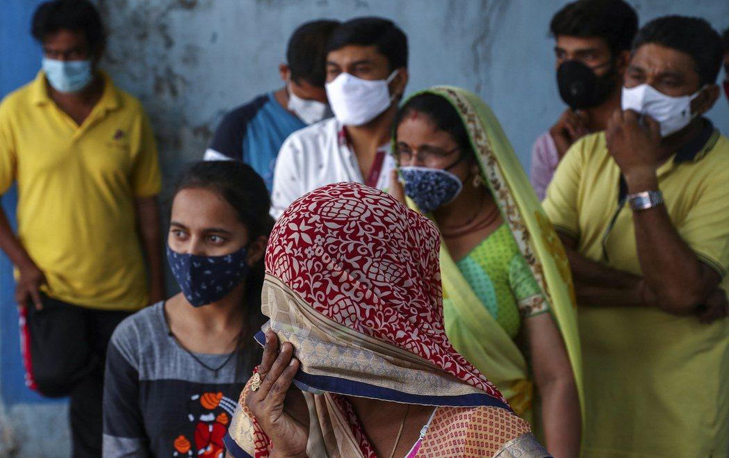 印度海德拉巴邦民眾在醫院前等待篩檢。  美聯社