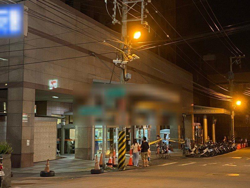 新竹縣一間地區醫院昨天晚間傳出有民眾排隊採檢,引發地方一陣恐慌。圖/讀者提供