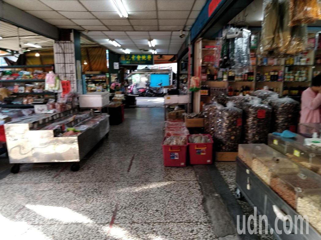 台北市環南批發市場今上午人潮也比過去假日,少了兩至三成,還有店家除了戴口罩,更透...