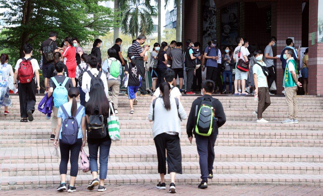 國中教育會考第二天,今天依序考自然、英語閱讀、英語聽力,考程預計中午12時30分...
