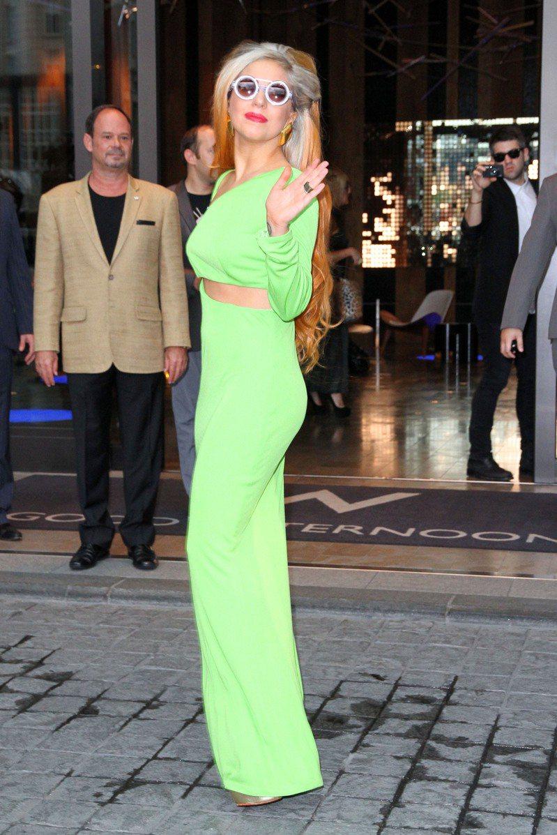 2012年5月16日,女神卡卡抵達台北W hotel飯店,立即下車步行,並向前來歡迎的歌迷打招呼。圖/聯合報系資料照片