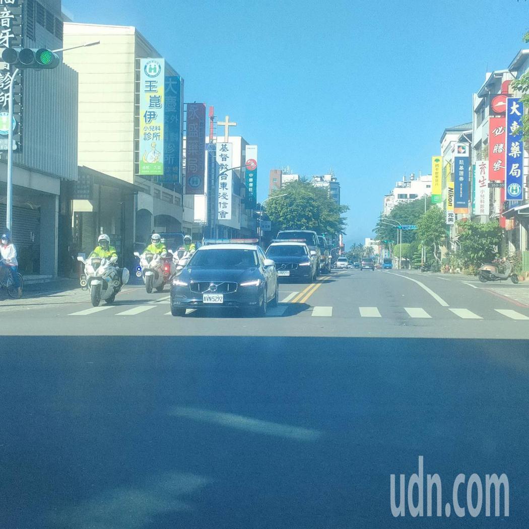 總統維安車隊今早經過台東市區,準備前往空軍志航基地。記者尤聰光/攝影