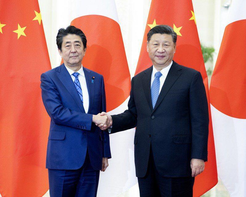 日本首相安倍晉三(左)2019年到訪北京,大陸國家主席習近平在北京人民大會堂會見...