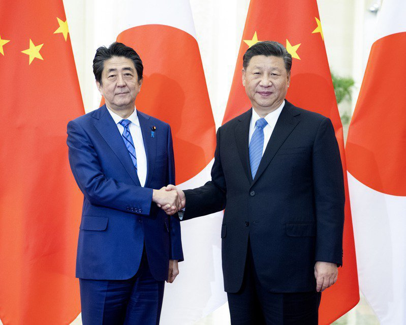 日本首相安倍晉三(左)2019年到訪北京,大陸國家主席習近平在北京人民大會堂會見安倍。新華社