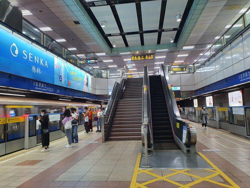 雙北防疫升至三級,周末台北捷運藍線只有三三兩兩的乘客。記者楊雅棠/攝影