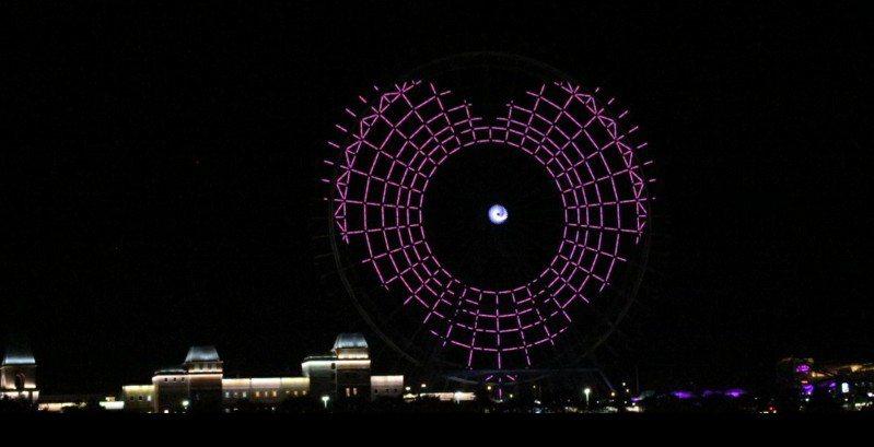 麗寶樂園渡假區為台灣防疫加油,昨晚在台灣最大天空之夢摩天輪亮燈,出現TW GO 和一顆大愛心圖案。圖/麗寶樂園渡假區提供