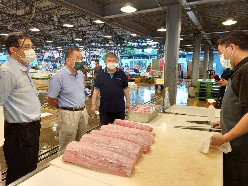 漁業署長張致盛(左二)今前往三重魚市場督導防疫作為。圖/漁業署提供