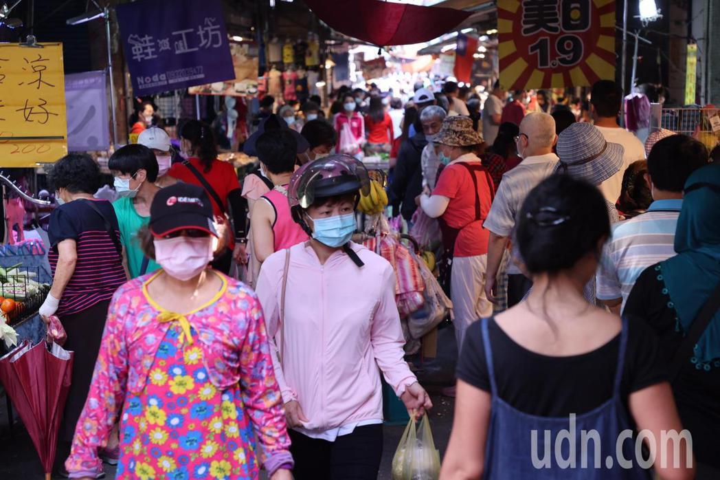 許多攤商是在公有市場的外圍,屬於人群聚集的開放街道上。要落實「實名制」、出入口分...