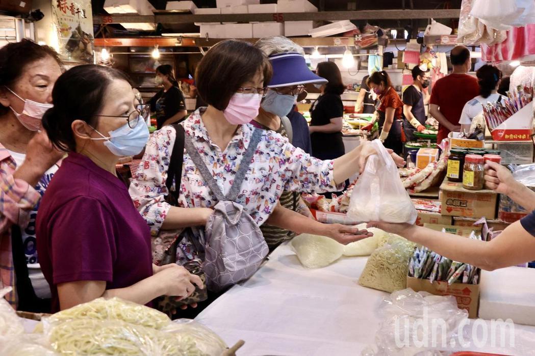 台北市宣布今天起只開放39處傳統市場,其餘皆不予開張。民眾進入巿場都戴上口罩。記...