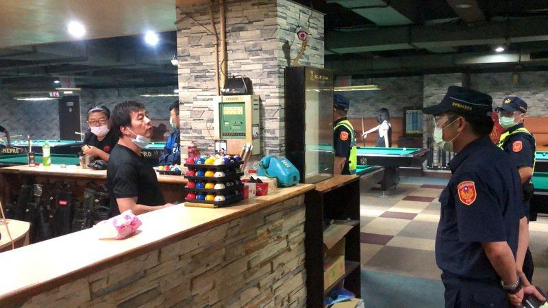 昨天晚上縣政府聯合稽查小組對縣內182處營業場所進行稽查,其中竹東鎮尚有一家撞球館未停業。圖/新竹縣政府警察局提供