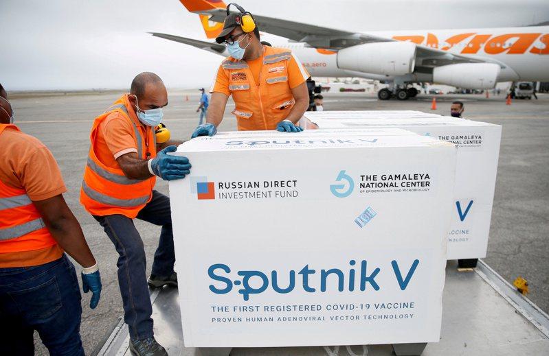 路透統計,截至5月12日俄國只生產3300萬劑史普尼克V,出口更不足1500萬劑,遠少於輝瑞及阿斯特捷利康每月數以億計產量。路透