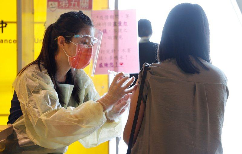 台灣疫情升高,桃園市政府加開桃園機場疫苗施打場次,不少員工前往施打。圖/聯合報系資料照片