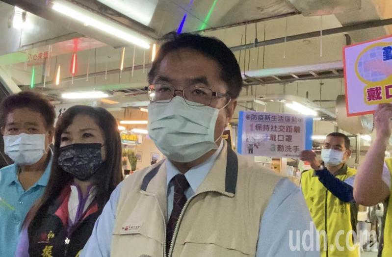 台南市長黃偉哲16日晩間宣布,台南市高三與國三畢業班學生若有個別需求者,經家長同意後,得以請假方式不到校上課。  記者修瑞瑩/攝影