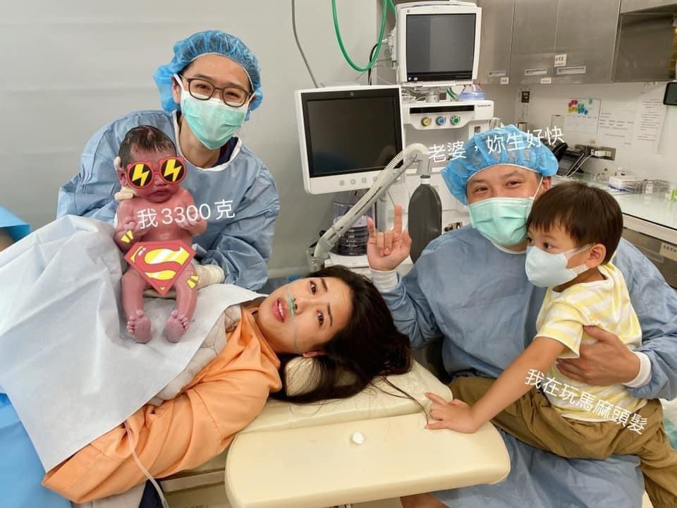 林可彤在老公和大兒子陪伴下,順利生下第二胎男寶寶。圖/摘自臉書