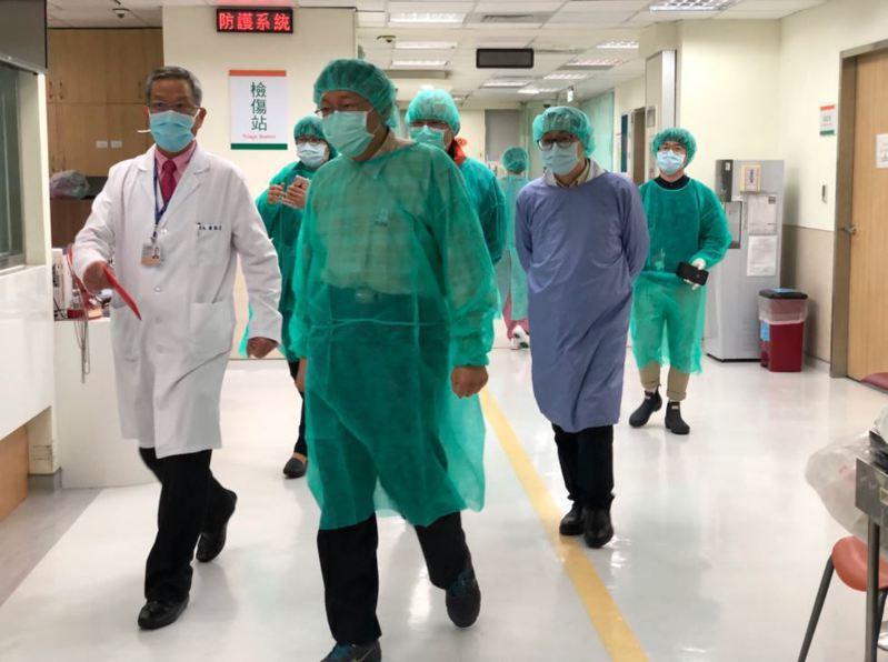 北市衛生局長黃世傑表示,已經安排等10多名確診者至北市聯合醫院仁愛院區進行治療;圖為台北市長柯文哲去年視察仁愛院區。圖/北市聯醫提供