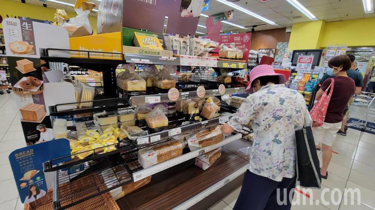 仍有少數民眾到超市採買民生物品。 記者江婉儀/攝影