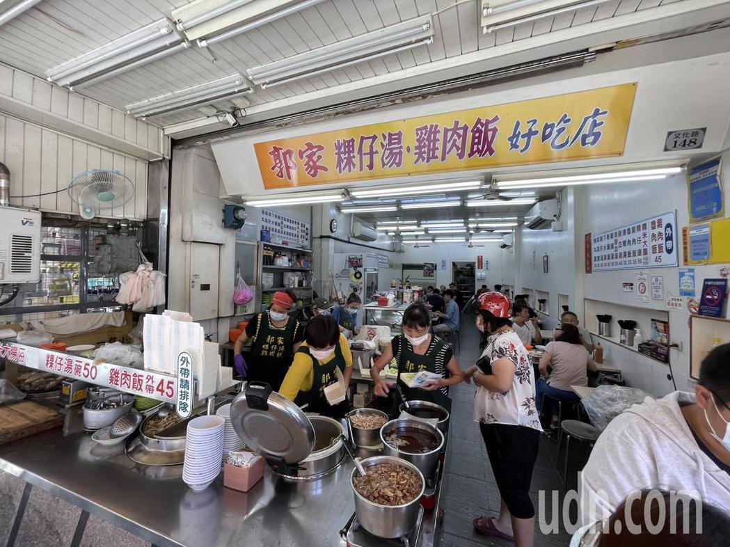 文化路上知名的郭家雞肉飯,今中午仍近滿座。記者林伯驊/攝影