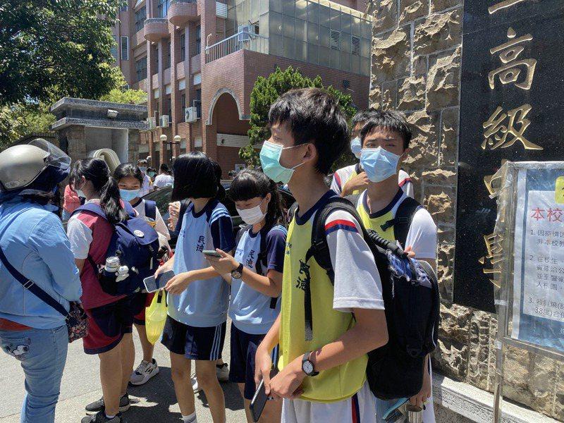 國中會考台南二中考場,考生在考試結束後,在校門口等待家長。記者修瑞瑩/攝影