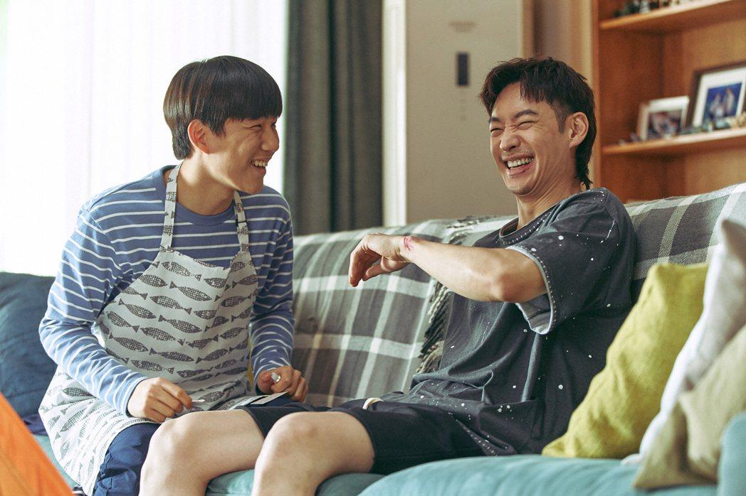 陳俊翔(左)、李帝勳(右)在「遺物整理師」裡共同經營遺物整理公司「天堂移居」,為...
