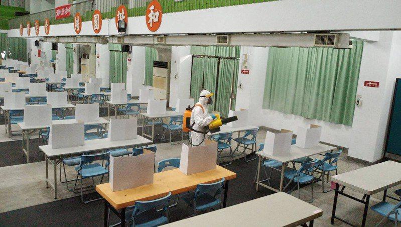 二天的國中會考彰化縣共有7名學生體溫過高,在7個備用試場應試,今天中午考完,也立刻在各試場進行消毒。圖/彰化縣教育處提供