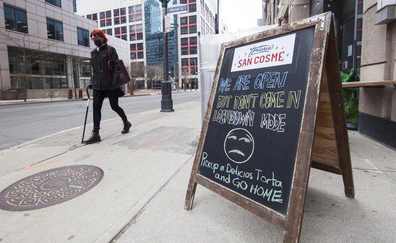 加拿大安大略省4月再度封城,多倫多一家餐廳門外的告示牌寫著:「我們開門營業,但別進來用餐,封城模式。」新華社
