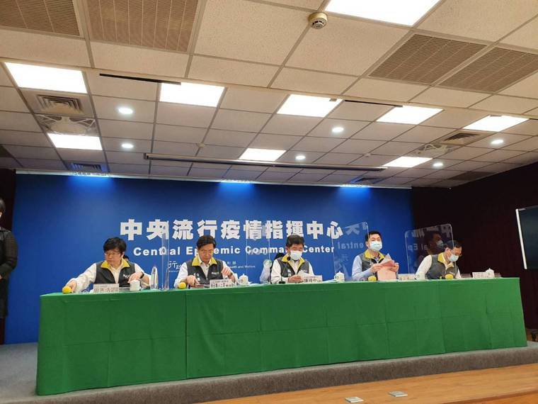中央流行疫情指揮中心疫情監測組組長周志浩(第一排由左到右) 、專家諮詢小組召集人...