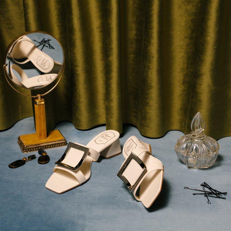 Roger Vivier Biki Viv穆勒鞋款,配以大尺寸的金屬飾釦和透明P...